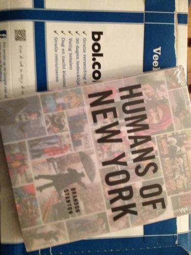en dan bij thuiskomst...een cadeautje voor mijzelf. Humans of New York, het ultieme photoblog vastgelegd in een boek. Voedsel voor mijn rusteloze ziel