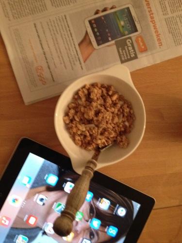 Ontbijten met de krant aan een kant en laptop of ipad aan de andere. Meteen de (digitale) wereld induiken