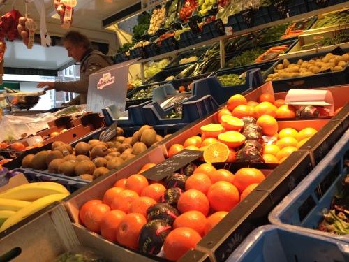 Op de Maastrichtse markt staat een groenteboer met het beste fruit en de mooiste groente, Kwaliteit met triple A status