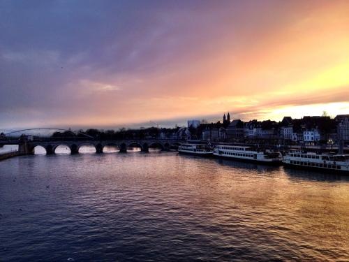 en dan...is het tijd om naar huis te gaan en geeft de stad je nog even een magisch lichtspel cadeau...Dag Maastricht, tot morgen!
