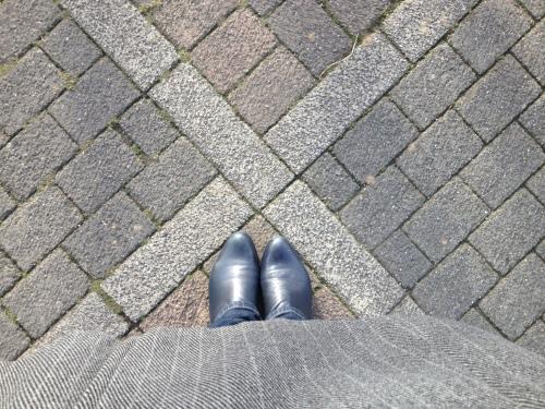 Welke kant zal ik vandaag inslaan. Neuzen van mijn favoriete laarzen wijzen naar het dorp