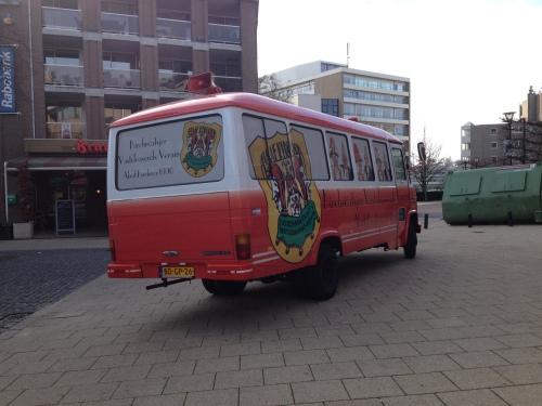 de bus van de Vasteloavends Verain staat geparkeerd voor de kroeg. Ik neem een andere route