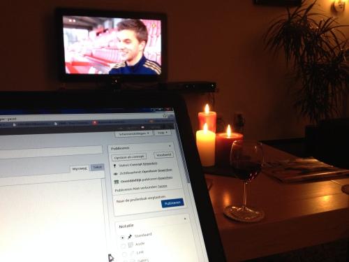 Einde van een dag, kaarsen aan, rode wijn onder handbereik, ploggen...klaar