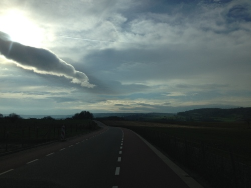 Onderweg naar Mechelen   Lege weg en indrukwekkende luchten geven de rit een vakantie gevoel...