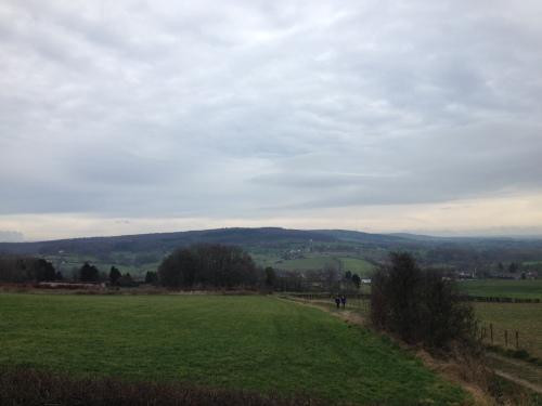Genieten van het uitzicht, groene heuvels zo ver het oog reikt.