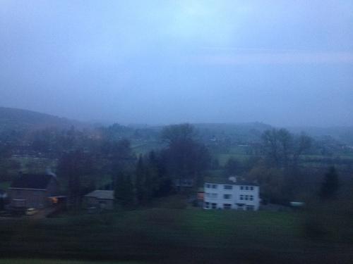 Alleen het uitzicht doet e dag eer aan, een blauwe waas lijkt de heuvels te bedekken