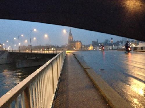 Natte straten weerkaatsen het schijnsel van lantarens. Verscholen onder mijn plu volg ik het goudgele spoor naar het station.