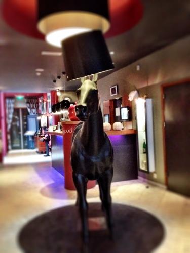 Op zoek naar een hotel voor onze medewerkers  staat daar gewoon een paard in de gang