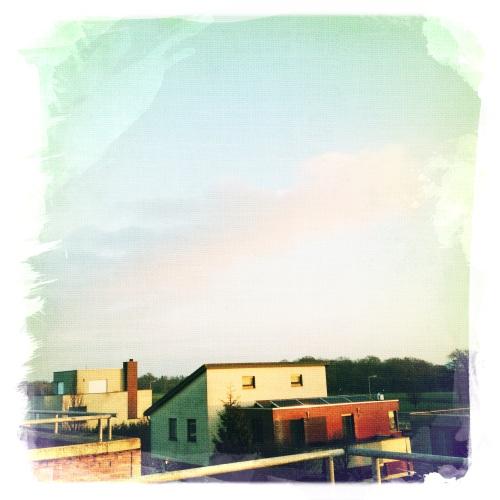 Gouden zonsopgang creëert roze wolken.