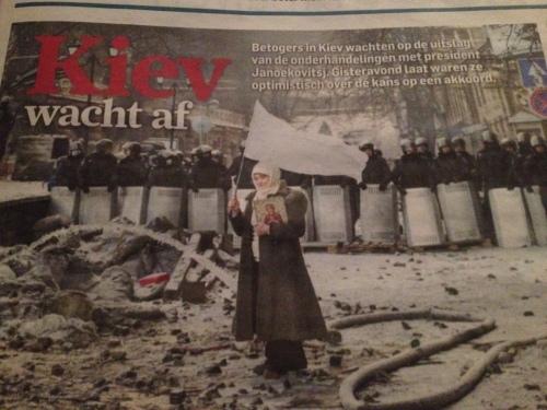 De krantekop van vandaag valt weer rauw op mijn dag. een vrouw temidden van puin. Een witte vlag in de ene en een icoon in haar andere hand. Op de achtergrond in haag van oproerpolitie in vol ornaat. Er gaat iets sereens van haar uit, maar ook iets onverzettelijks.
