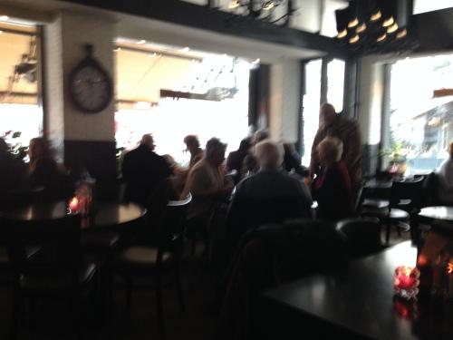 Afspraken nakomen, zaken regelen. De café's in de stad zitten vol. Vrijdag, marktdag.