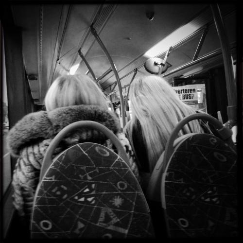 Deze twee stappen regelmatig met mij in dezelfde bus, blonder dan blond.