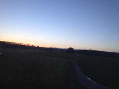 Daar is 'ie weer, de zon komt langzaam  achter de heuvels omhoog.