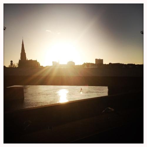 Heel even blijven staan, de zon zien stralen over de maas.