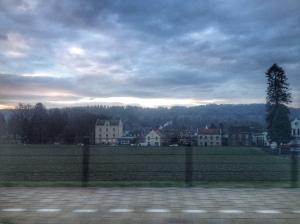 Tergend langzaam baant het gouden licht zich een weg over groene heuvels. Dorpjes kleuren in het tempo van de dag.