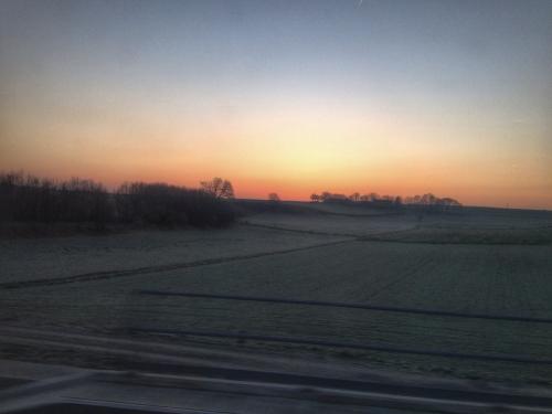 Het moment dat de zon de hemel  kleurt en een poging doet de heuvel te ontstijgen, dat moment blijft adembenemend.