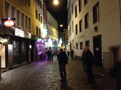 ...en straatjes...vol kroegen, eettentjes, restaurants en loungebars.