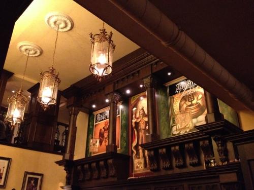 Bierhaus en d'r salzgass, een oud bierhaus waar het Kölsch uit kleine vaatjes wordt getapt. De aankleding doet bijna kerkelijk aan en het afwezig zijn van muziek een verademing