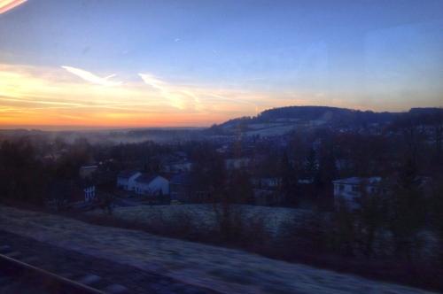 Na elk station wordt de kleur feller en krijgen de met nachtvorst bedekte heuvels een glanzend gezicht. het leven is een sprookje.