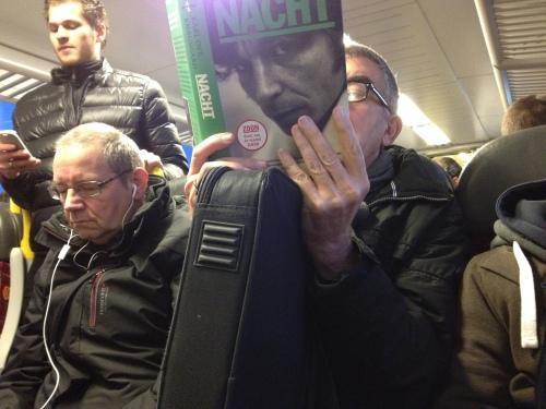 Terug in een overvolle trein, lezen of slapen op een paar vierkante centimeter. Mijn ogen vallen dicht.