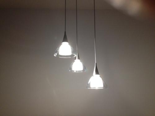 Eindelijk. de nieuwe lamp hangt. Licht in de duisternis.
