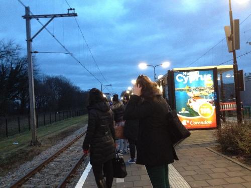 een vol perron, alle neuzen dezelfde kant op, waar blijft de trein?