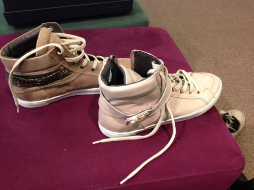 Eindelijk niet een maar twee paar schoenen die aan mijn eisen voldoen.  Links of rechts? Rechts gaat uiteindelijk mee naar huis.