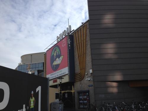 Verbouwingsoverlast bij het station wordt met humor benaderd. Mens erger je niet. Hulde, hadden ze in Arnhem goed kunnen gebruiken...