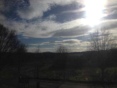 Bijna thuis en batterij bijna leeg. Achter de wolken blijft de zon stralen.