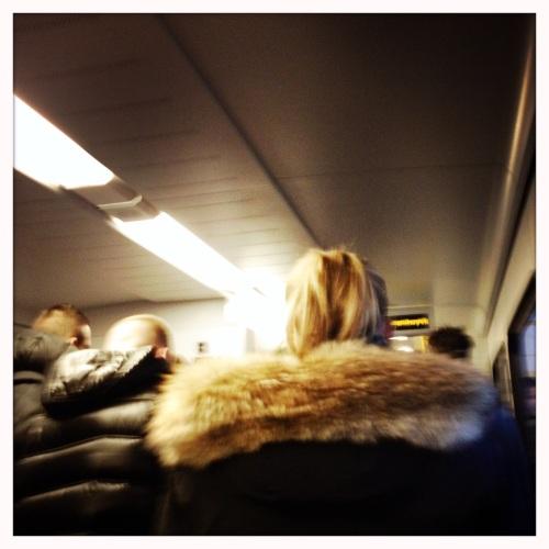 Duwende en dringende pubers zorgen in een overvolle trein voor ergernis.