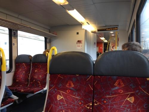 Midden op de dag terug naar huis. Aantal passagiers op de vingers van een hand te tellen. Leegte, ruimte en rust.