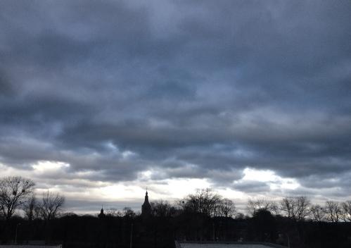 Vanuit de huiskamer zie ik donkere wolken zich samenpakken. Foto moet, ook een onstilbare verslaving Fotojunkie moet steeds weer een nieuw shot.