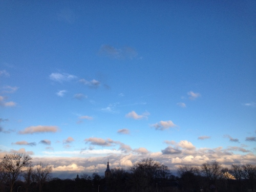 Nog geen kwartier later stralend blauwe horizon. De toren in silhouette tegen roze wolkenpracht.