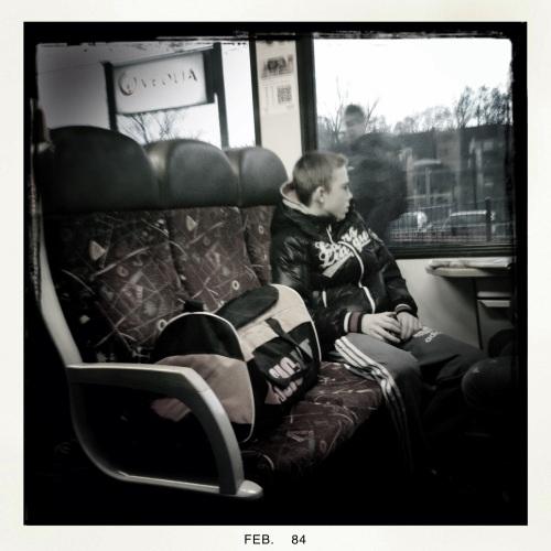 en zo ga je zitten in een volle trein want je wilt die bank toch zeker niet delen met vreemden?