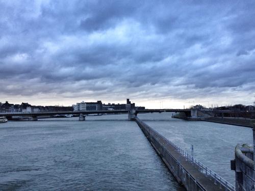 Donkere wolken pakken zich samen, de wind blaast me haast omver en toch stoppen voor een foto. Je bent een junkie of je bent het  niet
