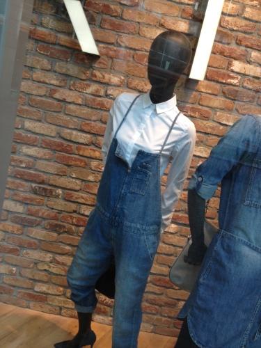 Op weg naar de fruitkar ben ik ineens 30 jaar terug in de tijd. Hoogzwanger in een tuinbroek...ook de modegeschiedenis herhaalt zich.