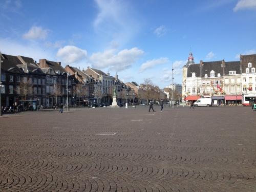 De Maastrichtse Markt is zonnig en stil. Ik hou van de lege ruimte.