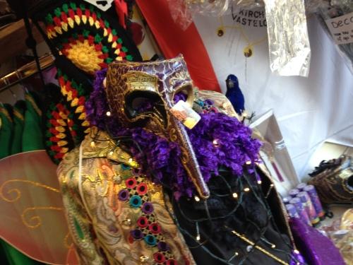 De feestwinkel...op jacht naar de juiste accessoires voor carnaval.