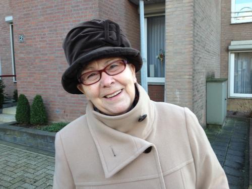 Mevrouw Vos met haar hoed, ze blijft even staan voor een praatje dus een plaatje voor Anna Maria