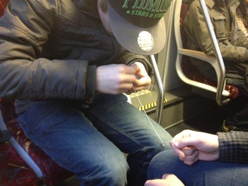 Zo schattig, hij haalt een knoop uit haar ketting. Grote onhandige handen wurmen tot de ketting weer glad is.