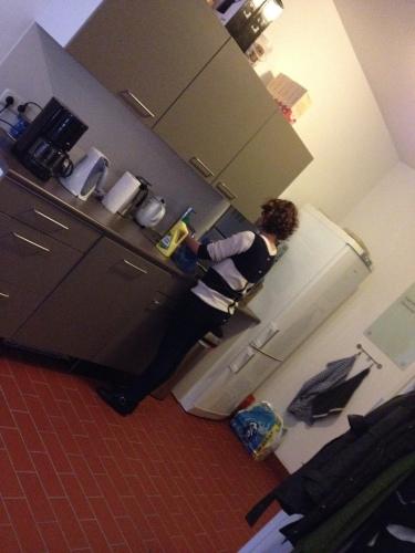 Collega Celine neemt de vaatdoek in eigen hand en veegt haar bureau schoon.