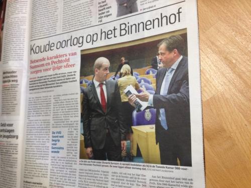 en ondertussen voeren de acteurs in Den Haag een nieuw toneelsstukje op. Na de verkiezingen zullen ze vast weer vriendjes zijn.