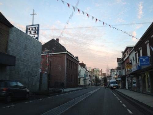 De vlaggetjes zijn naar beneden gekomen maar mijn blik is meer gericht op de lucht. De straat is leeg...zoals gewoonlijk.