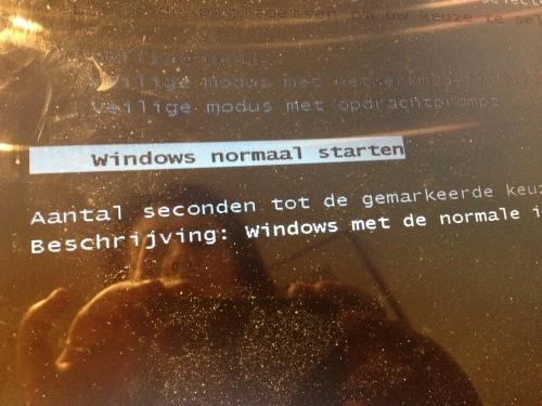 De laptop heeft weer opstartkuren. Ik wacht met angst en beven op de dag dat ´ie de pijp aan Maarten geeft.