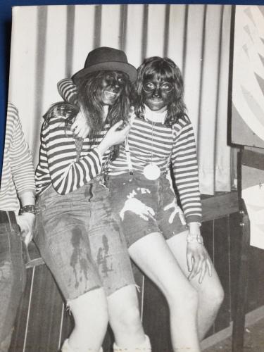 Op zoek naar een passende profielfoto voor de komende festiviteiten kom ik dit ouwetje uit '72 tegen Annemarie en ik.  Zou zwarte schmink ook in de ban moeten?