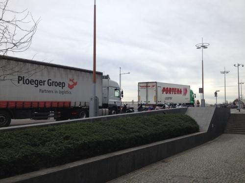 Grote vrachtwagens blokkeren ons zicht.