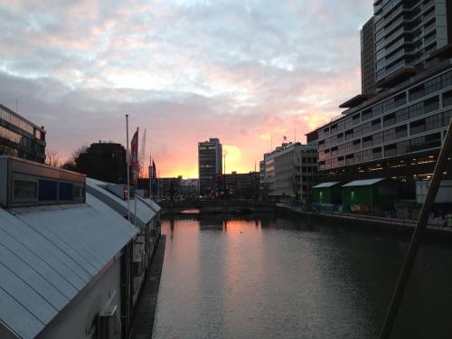 vanuit het hotel de zon zien verdwijnen. Vandaag is rood de kleur van het water. Mooi toch, ja toch? niet dan?