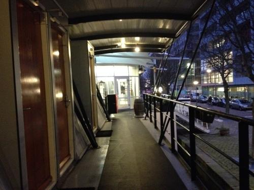 De kade ligt er stil en verlaten bij. Rotterdam is duidelijk niet voor vroege vogels.