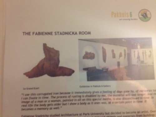 Ik blijk in de Fabienne Stadnicka kamer te overnachten. Alle kunst is te koop.