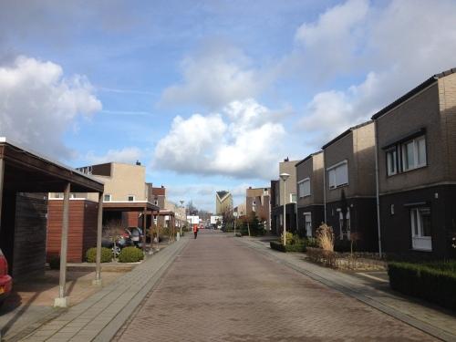 felblauw en wolkenwit...er is maar een huis waar al dat licht echt welkom is. Gooi open die luiken buurtjes...